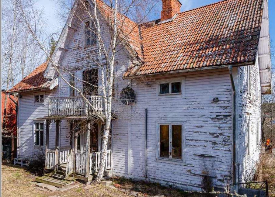 House facade before renovation