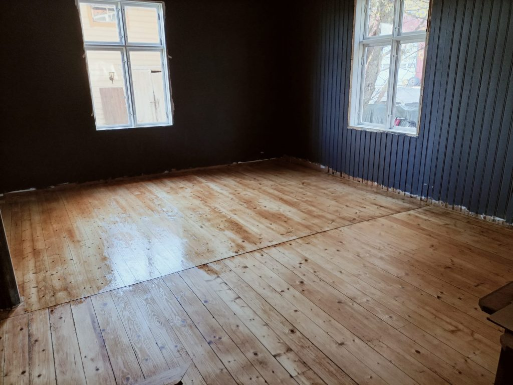 renovation of an old wooden floor - sanding and oiling